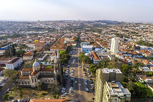 Vista de drone da Catedral Metropolitana de Sant'Ana na Praça Rubião Júnior e prédios no centro da cidad