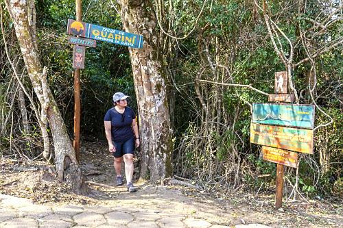 Ecoturita na entrada da Trilha do Guarani - Ecoparque Pedra do Índio