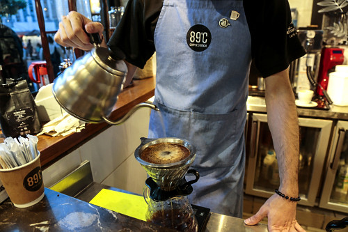 Barista passando café de coador em cafeteria - Bairro da Liberdade