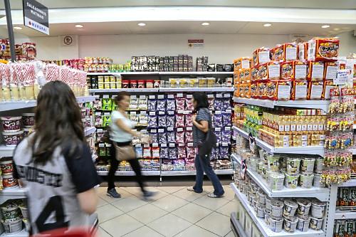 Produtos alimentícios industrializados de origem japonesa a venda em loja no Bairro da Liberdade