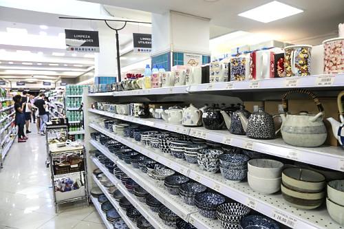 Utensílios domésticos de cerâmica japonesa a venda em loja no Bairro da Liberdade