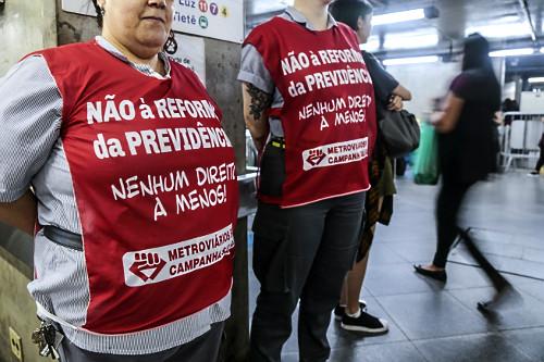 Metroviários protestando pelo acordo da campanha salarial e contra a reforma da Previdência na Estação Lib