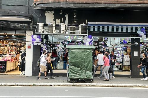 Carrinho de ambulante coberto e pessoas em calçada em frente a comércio na Rua Teodoro Sampaio - Bairro Pinh