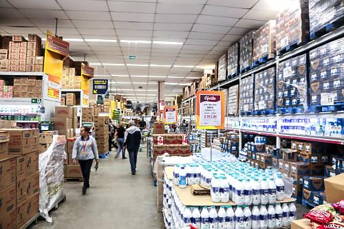 Vista interna de supermercado atacadista - seção de leites - Bairro do Limão - zona oeste
