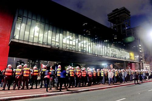 Policiais acompanham manifestação em favor da Amazônia na Avenida Paulista - MASP - Museu de Arte de São P