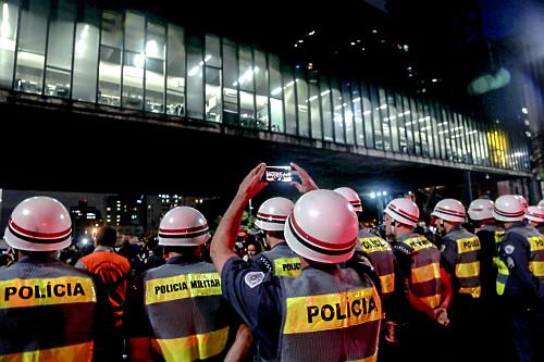 Policial fotografando com celular manifestação em favor da Amazônia na Avenida Paulista - MASP - Museu de A