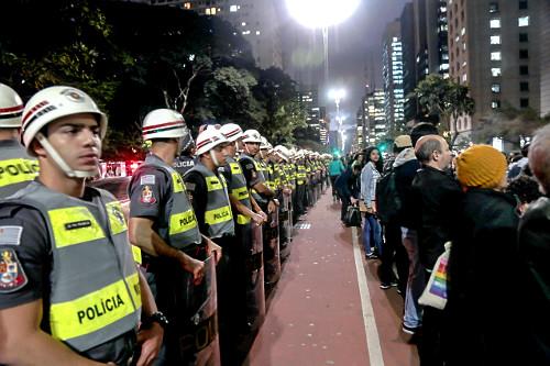 Policiais acompanham manifestação em favor da Amazônia na Avenida Paulista