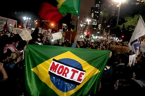Bandeira brasileira na manifestação em favor da Amazônia na Avenida Paulista