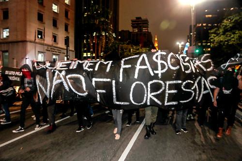 Manifestação em favor da Amazônia na Avenida Paulista - faixa - queimem fascistas não florestas