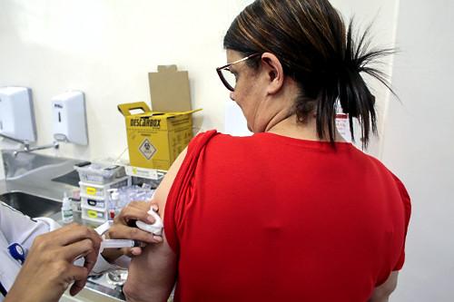 Técnica de enfermagem aplica vacina contra sarampo no Dia D na UBS Unidade Básica de Saúde Boracea