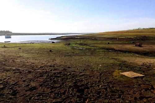 Vista de cima do reservatório de água da Usina Hidrelétrica de Marimbondo formado pelo rio Grande com o ní