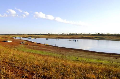 Reservatório de água da UHE Usina Hidrelétrica de Marimbondo formado pelo rio Grande com o nível muito bai
