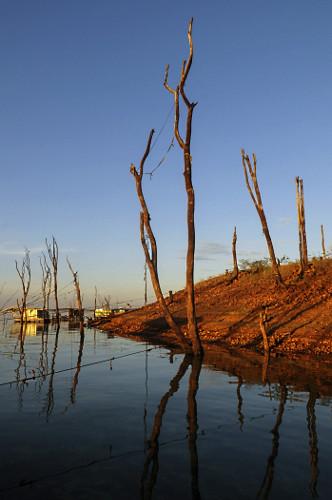 Margem da represa da Usina Hidrelétrica de Marimbondo formada pelo rio Grande demonstra o nível de água mai