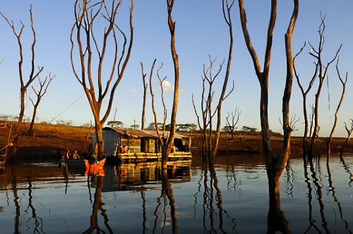 Margem do lago da Usina Hidrelétrica de Marimbondo formada pelo rio Grande demonstra o nível de água mais b