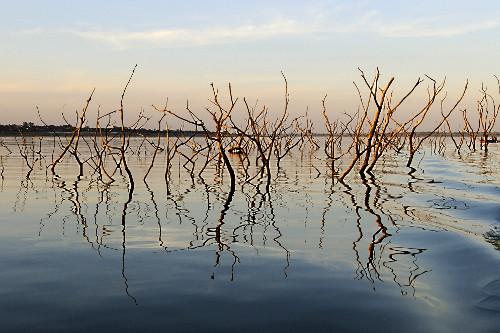 Lago artificial da Usina Hidrelétrica de Marimbondo formada pelo rio Grande com nível de água mais baixo do