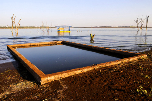 Construções de antiga de sede de fazenda que estava submersas reaparecem no lago da Usina Hidrelétrica de M
