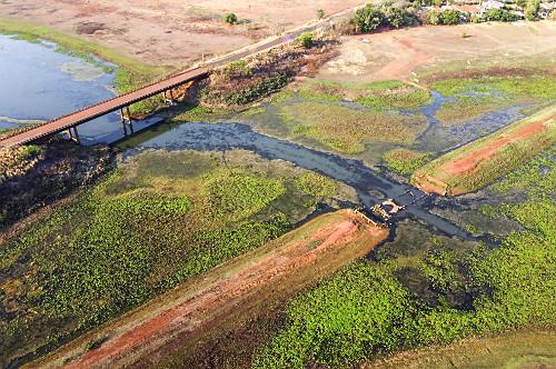 Vista de drone ponte e antiga estrada de terra que estavam submersas há mais de 40 anos no Ribeirão Pádua D