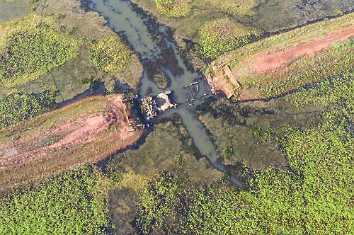 Vista de drone de antiga estrada de terra que estava submersa há mais de 40 anos pelo Ribeirão Pádua Diniz
