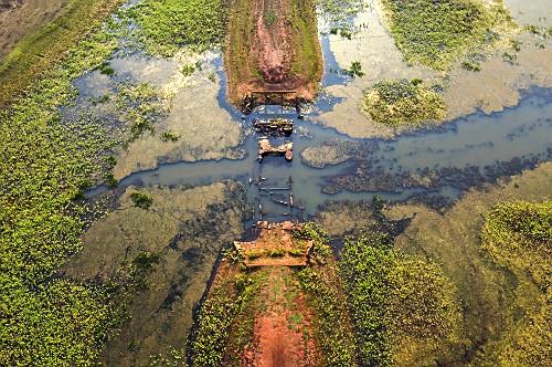 Vista de drone de estrada de terra que estava coberta há mais de 40 anos pelo Ribeirão Pádua Diniz seco em
