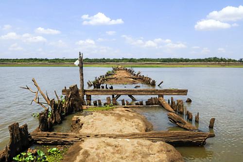Ruínas de ponte e estrada que estavam submersas no Córrego do Limoeiro em período de estiagem - reservatór