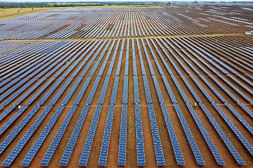 Vista de drone de placas fotovoltaicas de usina solar