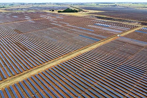 Vista de drone de placas fotovoltaicas de usina de energia solar