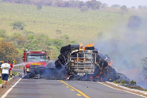 Acidente na rodovia MS-040 - bombeiros apagando fogo de fardos de algodão transportados na carroceria de cami