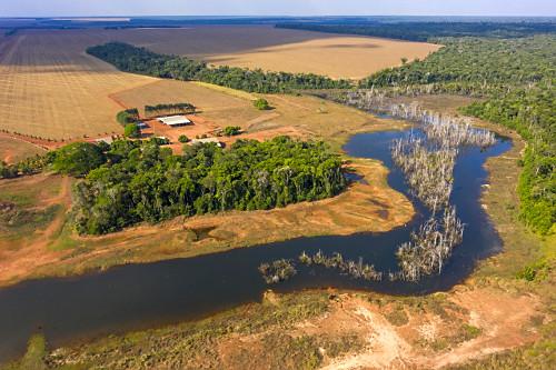 Vista de drone de propriedade rural e área alagada pelo reservatório da UHE Usina Hidrelétrica de Sinop