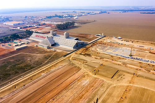 Vista de drone de fábrica de fertilizantes agrícolas