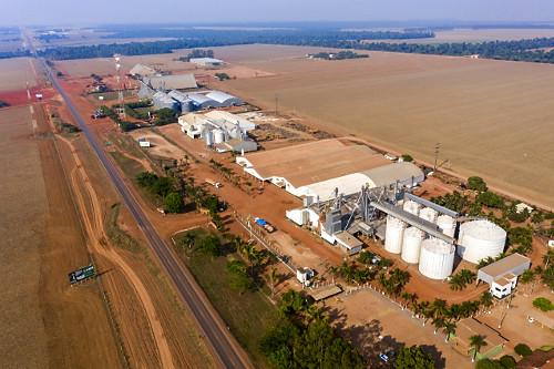 Vista de drone de empresa de pesquisa e sementes e de fertilizantes na margem da Rodovia BR-163