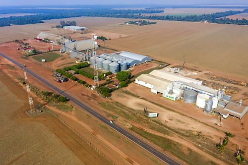 Vista de drone de empresas de pesquisa e sementes e de fertilizantes na margem da Rodovia BR-163