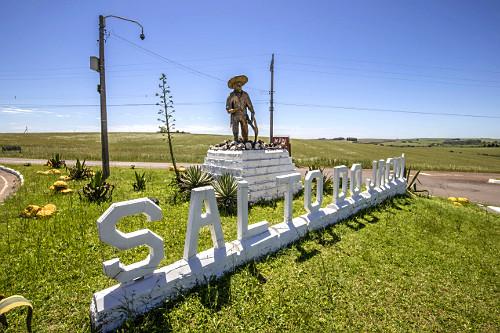 Monumento ao Garimpeiro - homenagem aos que trabalham ou já trabalharam na extração de pedras ágata - obra