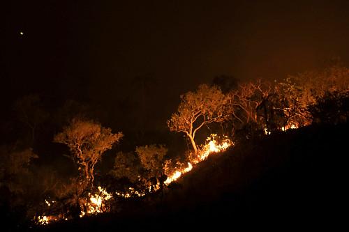 Vista noturna de incêndio no cerrado - APA Área de Proteção Ambiental Pouso Alto - Chapada dos Veadeiros