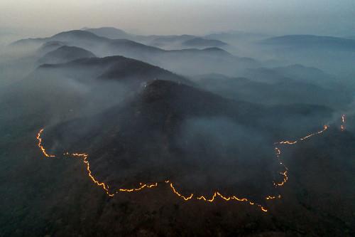 Vista de drone da linha de fogo durante incêndio florestal na APA Área de Proteção Ambiental Pouso Alto -