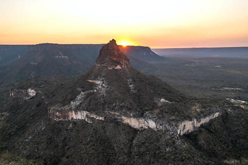 Vista de drone do Morro do Moleque na APA Área de Proteção Ambiental da Serra Geral de Goiás ao amanhecer