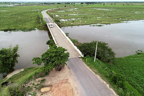 Vista de drone de ponte sobre o Rio Itabapoana - Rodovia RJ-224 em primeiro plano e ES-060 - ao fundo - regiã