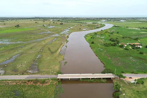 Vista de drone de ponte sobre o Rio Itabapoana - Rodovia ES-060 à esquerda e RJ-224 à direita - região de d
