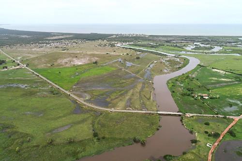 Vista de drone de área alagada e ponte sobre o Rio Itabapoana - Rodovia ES-060 à esquerda e RJ-224 à direit
