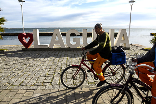 Ciclista e letreiro eu amo Laguna no cais