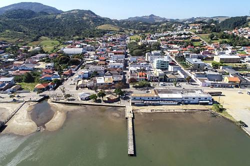 Vista de drone da cidade e Lagoa do Imaruí