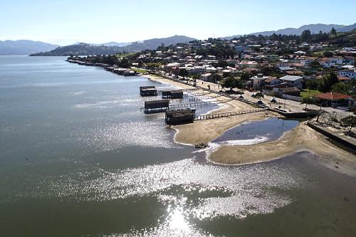 Vista de drone da cidade na margem da Lagoa do Imaruí
