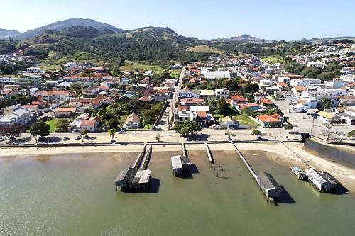 Vista de drone da cidade e abrigos de barcos na Lagoa do Imaruí