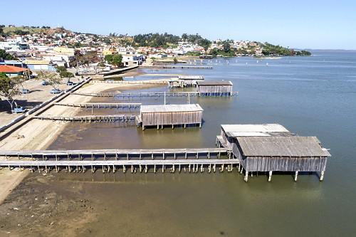 Vista de drone de abrigos para barcos na Lagoa do Imaruí