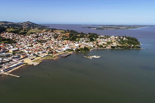 Vista de drone da cidade `na margem da Lagoa do Imaruí