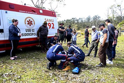 Socorristas do SAMU - Serviço de Atendimento Móvel de Urgência durante atendimento a paciente com fratura n