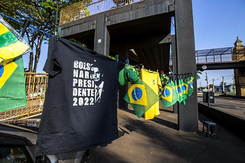 Venda de camiseta apoiando a candidatura de Jair Bolsonaro em 2022 durante manifestação a favor do governo n