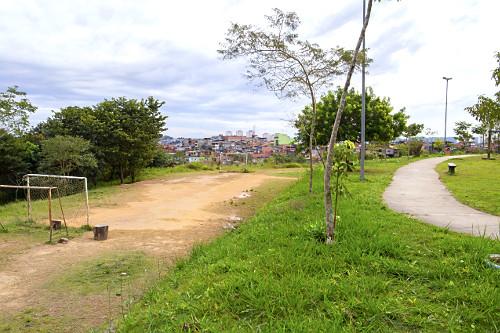 Campo de futebol no Parque Municipal Jardim da Conquista - ao fundo casas do bairro Vila Bela