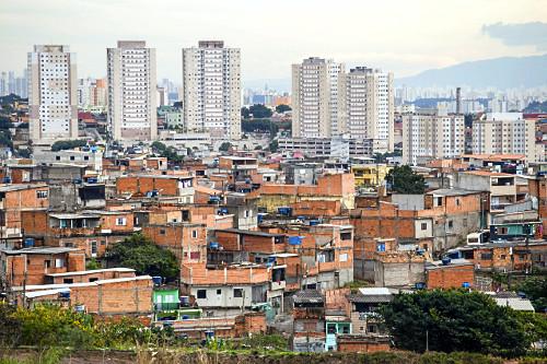Moradias e prédios de condomínio residencial no Bairro de São Mateus