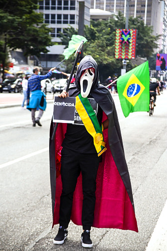 Protesto na avenida Paulista contra governo Jair Bolsonaro - manifestante fantasiado de presidente da repúbli