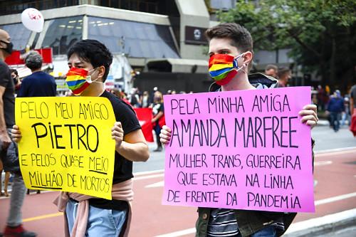 Manifestantes com cartazes protestam contra governo Jair Bolsonaro durante passeata na avenida Paulista